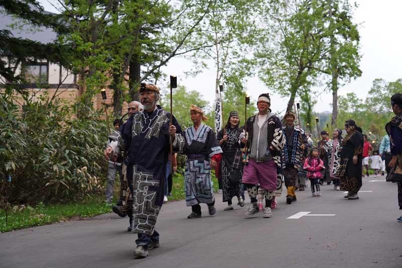 ヌプリコロカムイノミたいまつ行進の写真