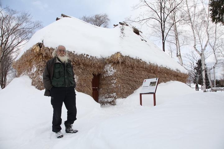 雪が積もるチセ